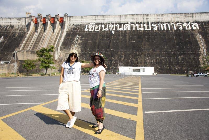 Azjatyckie tajlandzkie kobiety matki, córki podróży poza i bawić się na parking Khun Dan Prakan Chon tama w Nakhon Nayok, Tajland zdjęcie stock
