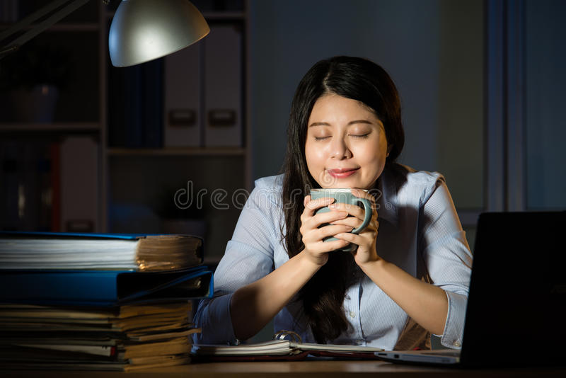 Azjatyckiego biznesowej kobiety napoju kawowy pracujący nadgodzinowy nocny zdjęcia royalty free
