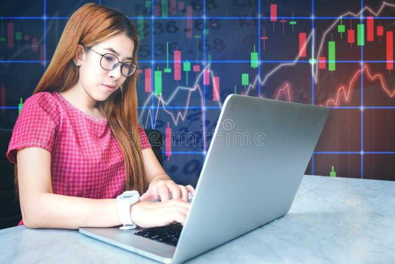 Azjatyckiego bizneswomanu siedzącego amd laptopu rynku papierów wartościowych pracujący exch fotografia royalty free