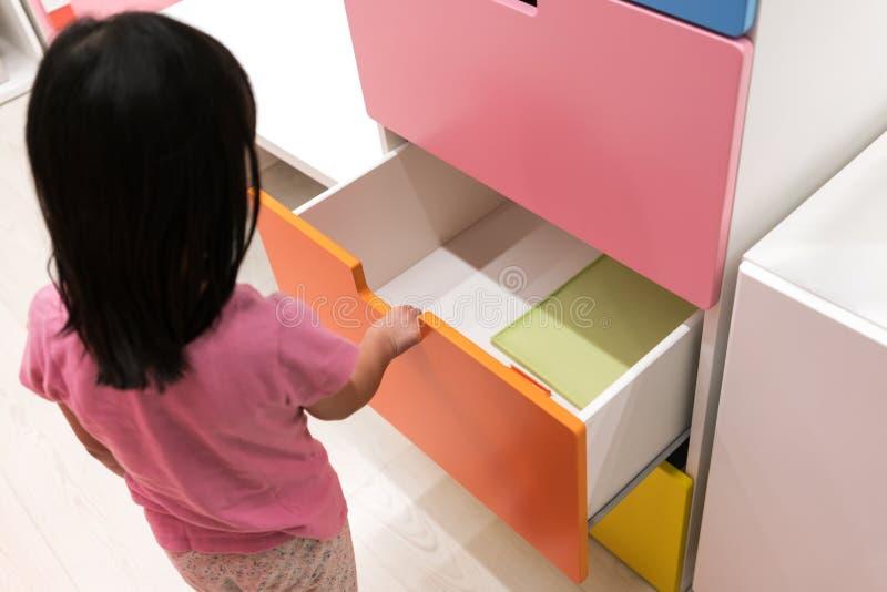 Azjatyckiego dzieciaka otwarty kolorowy kreślarz fotografia stock
