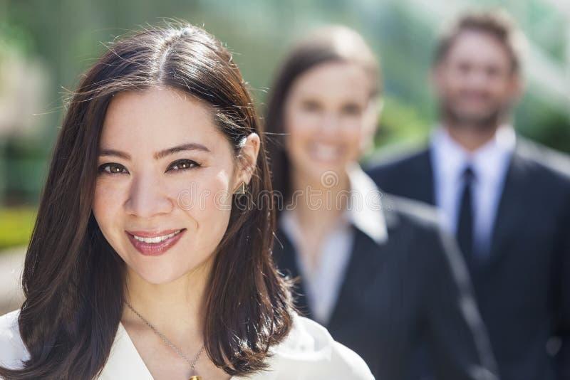 Azjatyckiego kobieta bizneswomanu biznesu Międzyrasowa drużyna obraz royalty free