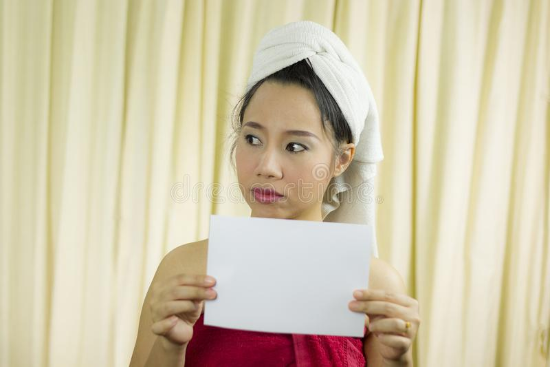 Azjatyckiego kobiety mienia pusty pusty sztandar i działanie jest ubranym spódnicę zakrywać jej pierś po obmycie włosy, Zaw obraz royalty free