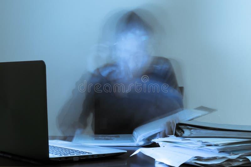 Azjatyckiego mężczyzna ciężki pracujący całonocny dla szczyt pracy wewnątrz jutro Krótkopęd w ruchu widzieć Na stole kartoteki, s obraz stock