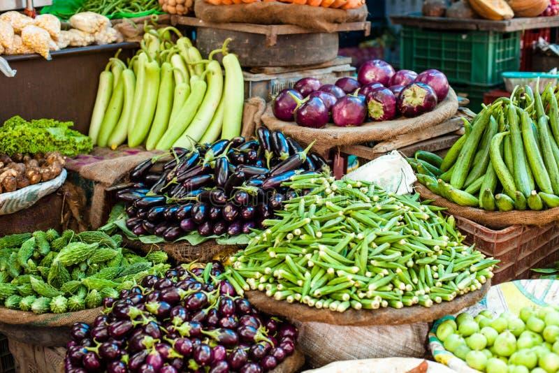 Azjatyckiego rolnika targowego sprzedawania świezi warzywa fotografia royalty free
