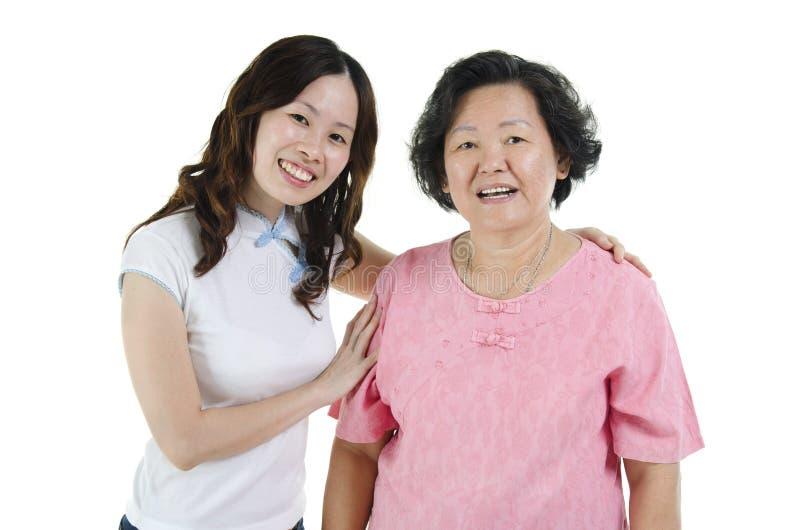 Azjatyckiego seniora macierzysty i dorosły córki ono uśmiecha się obrazy stock