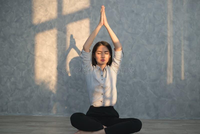 Azjatyckiej biznesowej dziewczyny ćwiczy joga w biurze pojęcie real zdjęcie royalty free