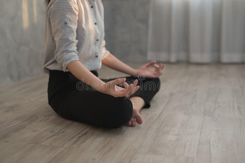 Azjatyckiej biznesowej dziewczyny ćwiczy joga w biurze pojęcie real fotografia stock