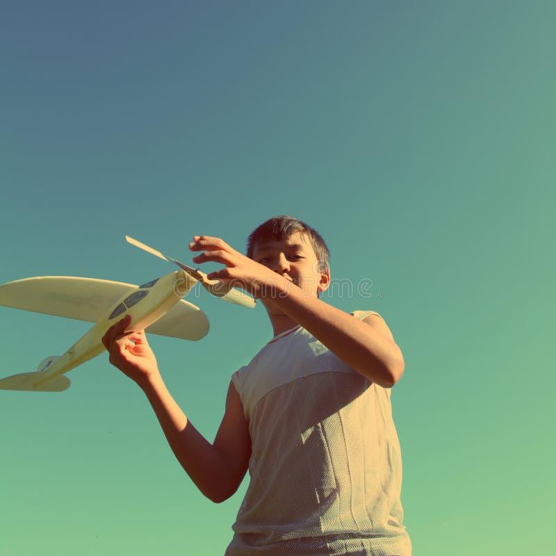 Azjatyckiej chłopiec samolotu działający model - rocznika retro styl obrazy stock