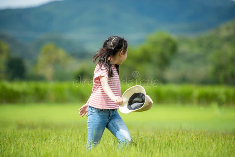 Azjatyckiej dziewczyny jaskrawy bieg i cieszy się w śródpolnych łąkach outdoors, przygoda i turystyka dla miejsce przeznaczenia c obrazy royalty free