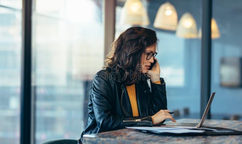 Azjatyckiej kobiety ruchliwie działanie przy jej biurkiem obrazy stock