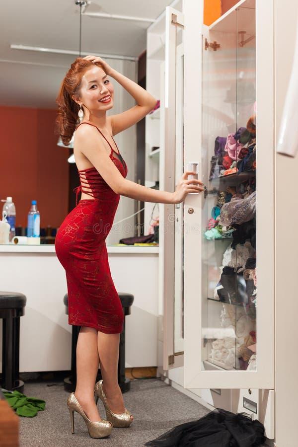 Azjatyckiej kobiety zakupy przyglądający lustrzany wybierać zdjęcie royalty free