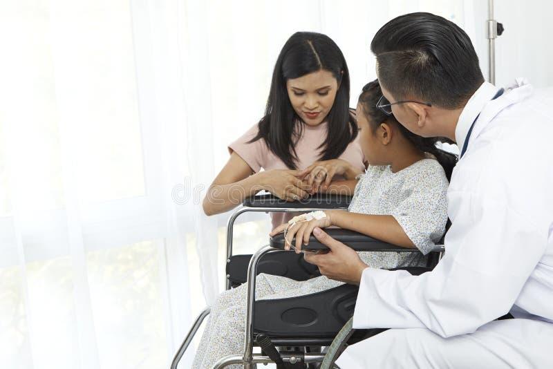 Azjatyckiej samiec doktorski opowiadać młode dziecko fotografia stock