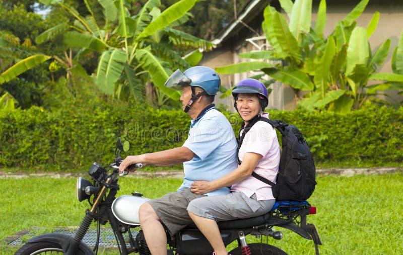 Azjatyckiej starszej pary napędowy motocykl podróżować obraz royalty free
