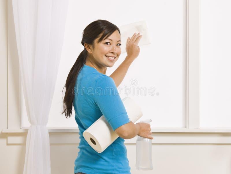 azjatykci atrakcyjny cleaning kobiety okno obraz royalty free