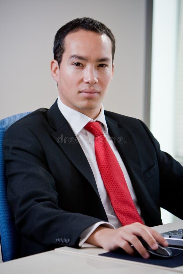 azjatykci biznesowy komputerowego mężczyzna używać obraz stock
