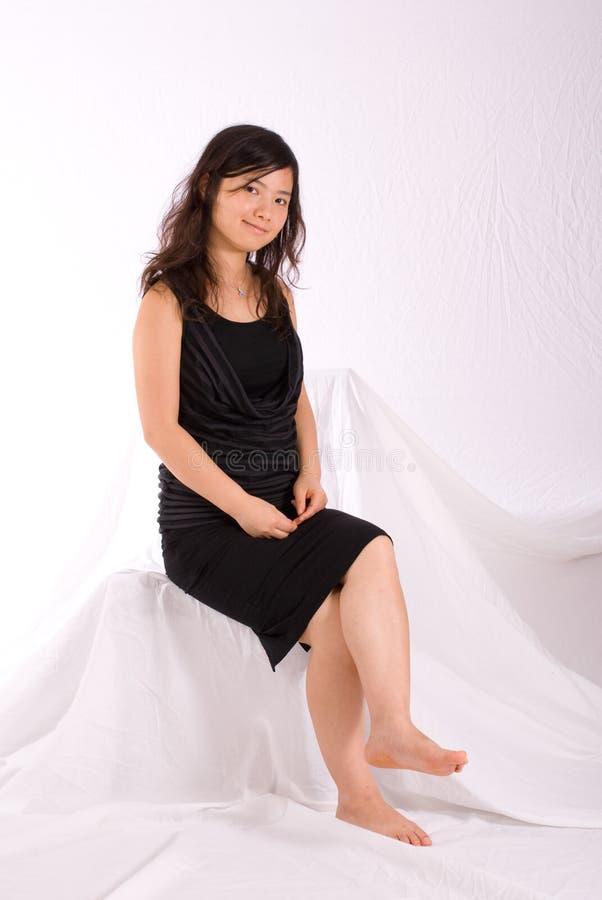 azjatykci czarny odosobniony spódnicowy nastolatek fotografia stock