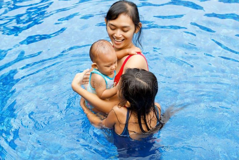 azjatykci dzieci matki pływanie wpólnie fotografia royalty free