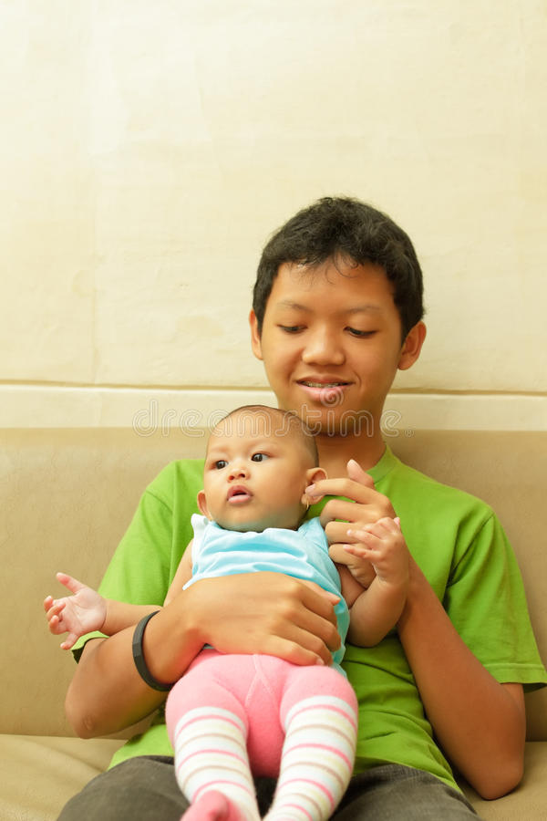 azjatykci dziecko babysit chłopiec zdjęcia royalty free