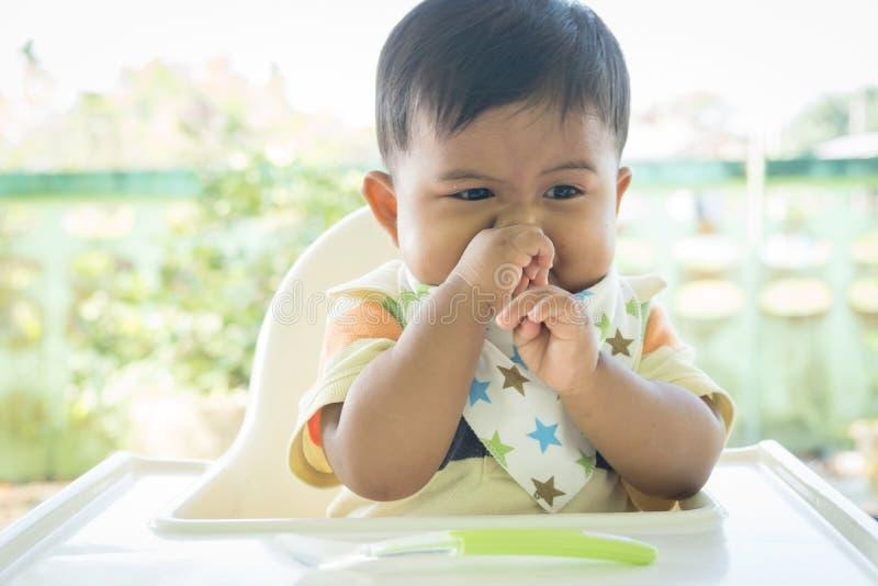 azjatykci dziecko zanudzający z jedzeniem fotografia stock