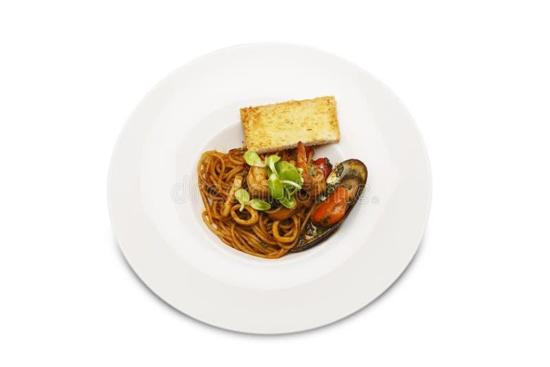 azjatykci jedzenie smażący spaghetti ` Tom ` z Korzennym owoce morza na odosobnionym białym tle zdjęcie stock
