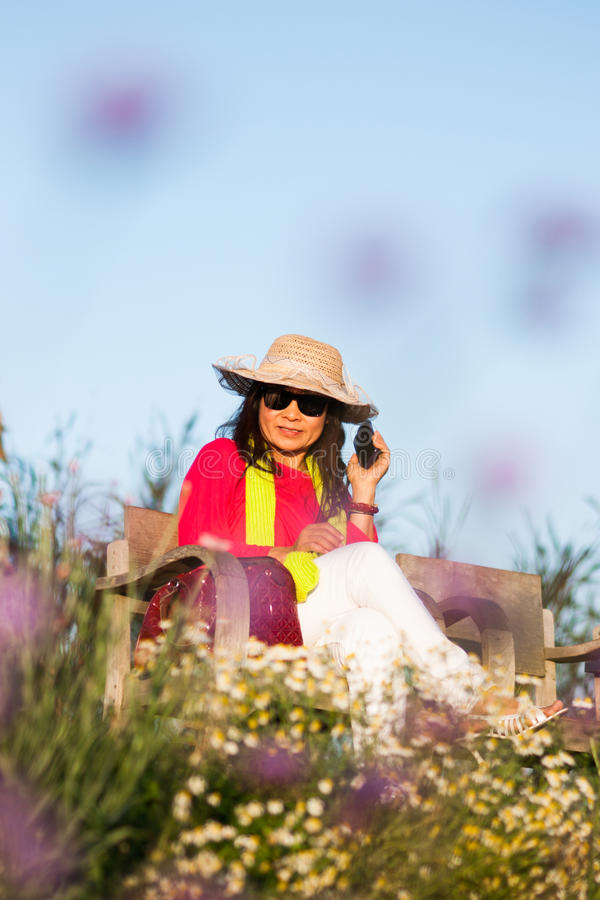 azjatykci kobieta portret z telefonem komórkowym zdjęcie royalty free