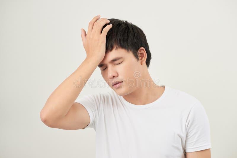 azjatykci mężczyzna cierpienie od migreny, zawroty głowy, kac, migrena, stres zdjęcie royalty free