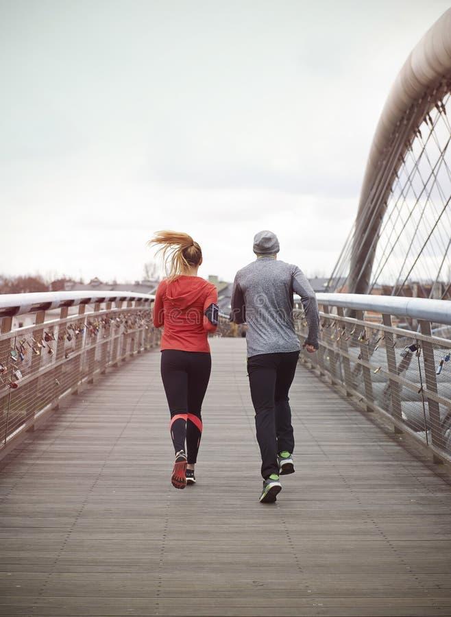 azjatykci piękni pary krajobrazu mężczyzna maratonu piękny drogowi bieg biegacza biegacze target670_1_ trenujący dwa kobiety obrazy stock