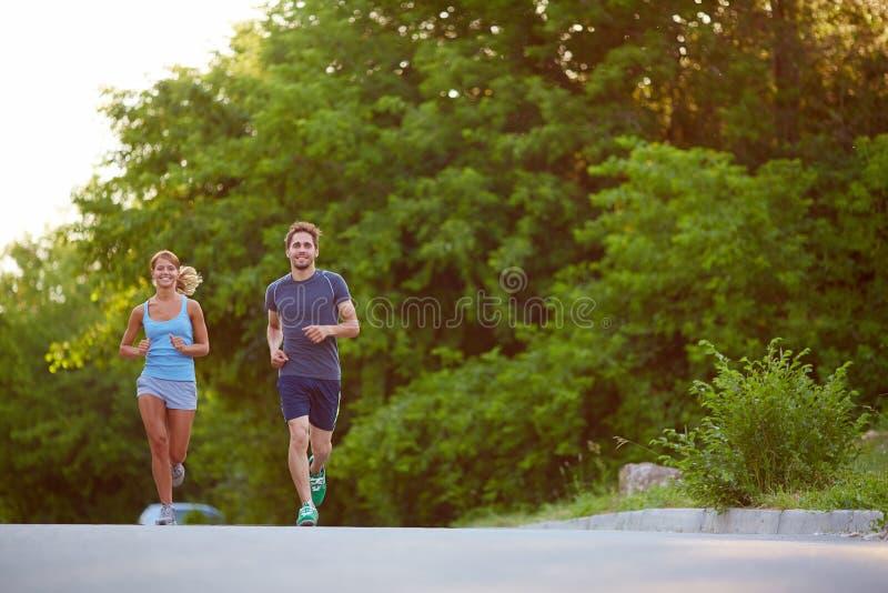 azjatykci piękni pary krajobrazu mężczyzna maratonu piękny drogowi bieg biegacza biegacze target670_1_ trenujący dwa kobiety zdjęcie royalty free
