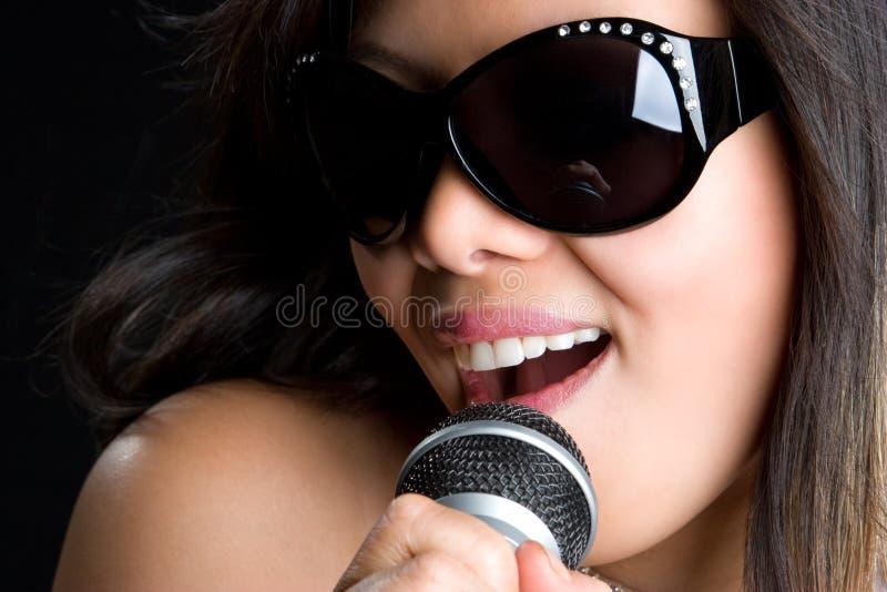 azjatykcia śpiewacka kobieta zdjęcia royalty free