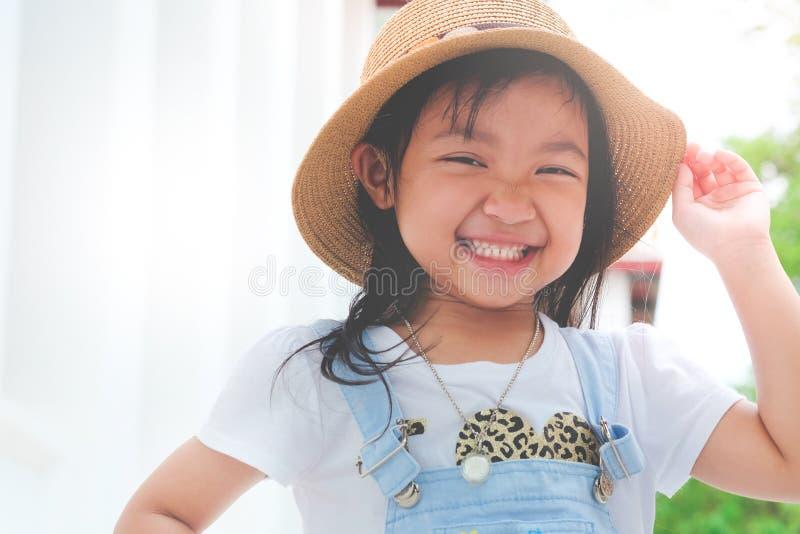 azjatykcia dziecko dziewczyna ono uśmiecha się jaskrawy zdjęcie stock