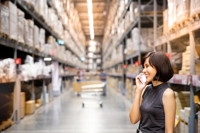 Azjatykcia kobieta robi robić zakupy online przez telefonu komórkowego w wojnie zdjęcie stock