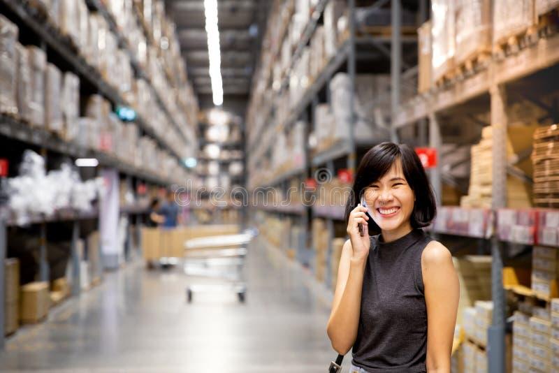 Azjatykcia kobieta robi robić zakupy online przez telefonu komórkowego w wojnie fotografia stock