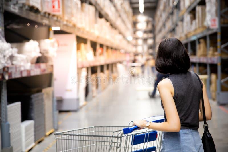 Azjatykcia kobieta robi zakupy i odprowadzeniu z jej furą w carg zdjęcie stock