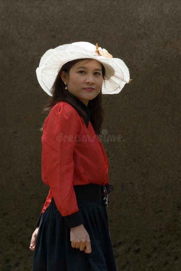 azjatykcia smokingowego kapeluszu ładna czerwona biała kobieta zdjęcia royalty free