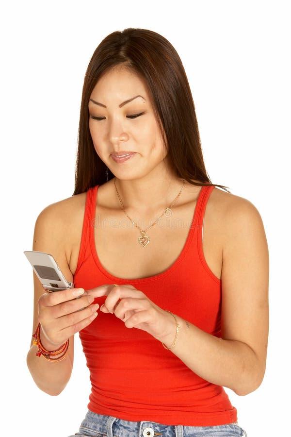 azjatykcia wybiera numer komórki kobiety zdjęcie royalty free