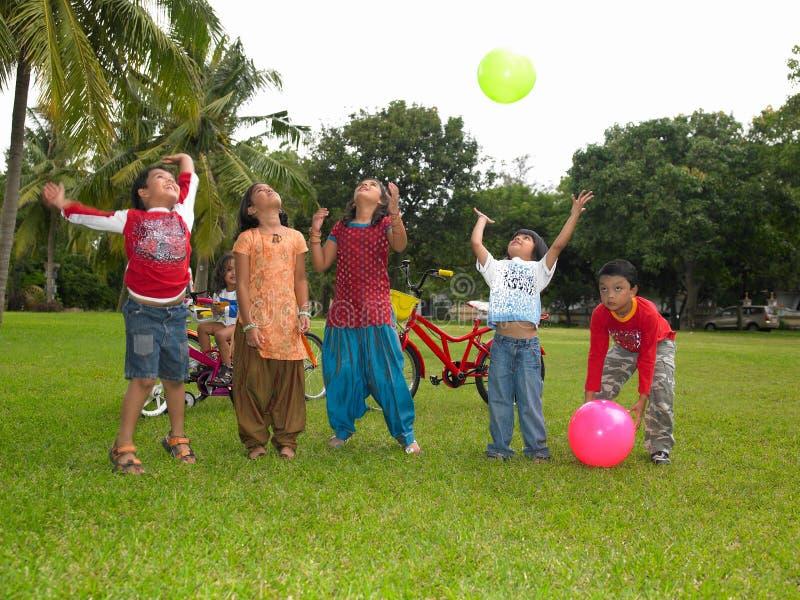 azjatykcich dzieciaków parkowy bawić się zdjęcie stock