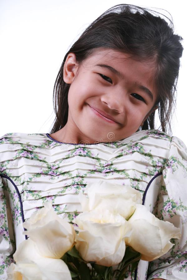 azjatykcie dziecka mienia róże biały fotografia stock