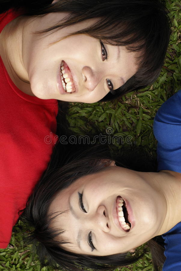 Azjatykcie Dziewczyny Szczęśliwi Target2311_0_ Nastoletni Dwa Obrazy Royalty Free