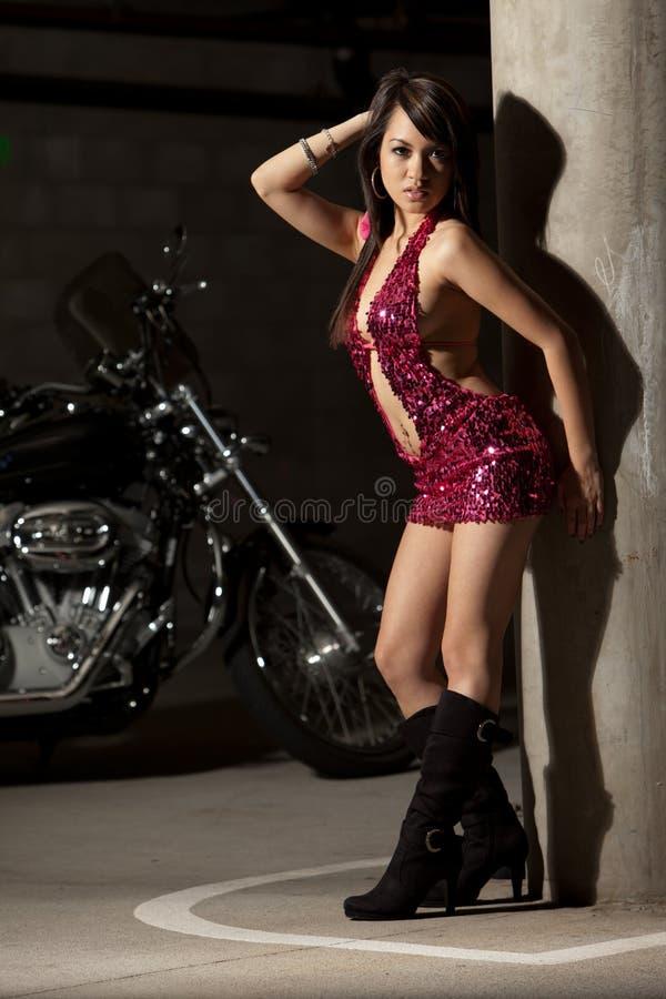 azjatykciego atrakcyjnego motocyklu jeździecka trzydzieści kobieta zdjęcia royalty free