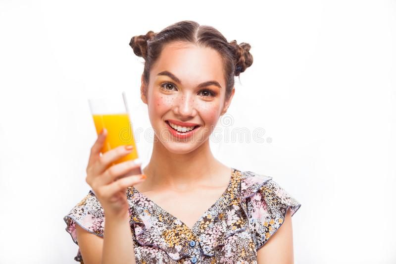 azjatykciego caucasian target1535_0_ z podnieceniem szczęśliwego soku modela pomarańczowa uśmiechnięta kobieta Piękno nastolatka  zdjęcie royalty free