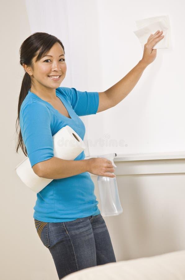 azjatykciego cleaning śliczna kobieta obraz stock