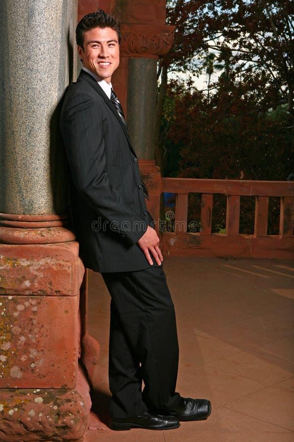 azjatykciego czarny przystojnego mężczyzna uśmiechnięty kostium zdjęcia royalty free