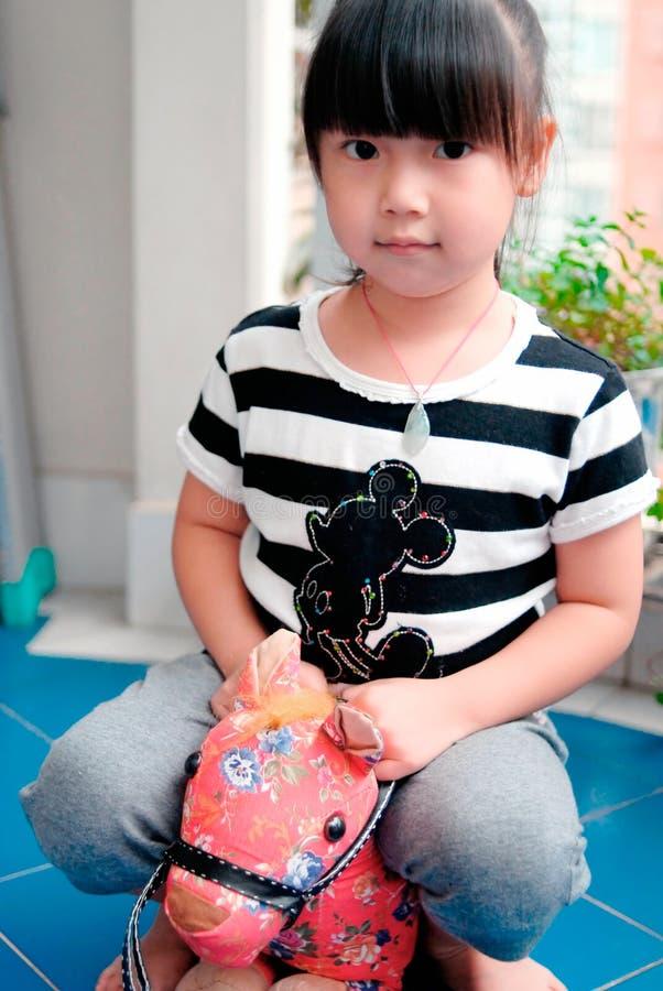 azjatykciego dziecka końska przejażdżki zabawka obraz royalty free