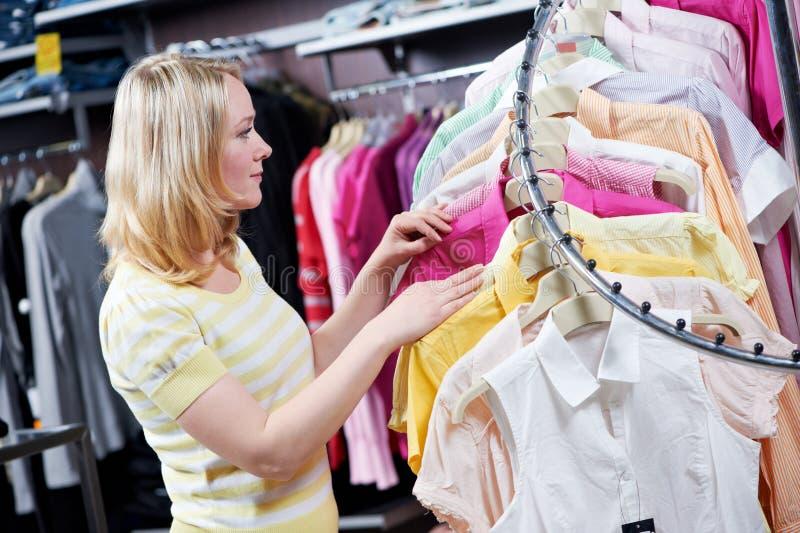 azjatykciego pięknego caucasian odzieżowa ubraniowa żeńska szczęśliwa szczęśliwy target2648_0_ wzorcowego kupującego zakupy uśmie obrazy royalty free