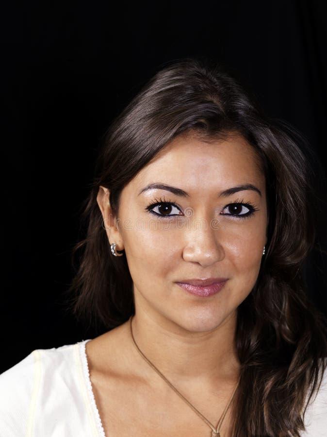 azjatykciego tła ciemna uśmiechnięta kobieta obrazy royalty free