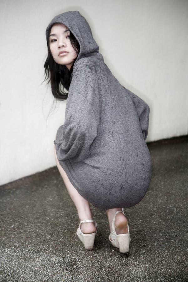 azjatykciej dziewczyny kapturzasta kurtka obrazy stock