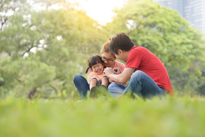 azjatykciej rodzinnej zabawy szczęśliwy mieć fotografia royalty free