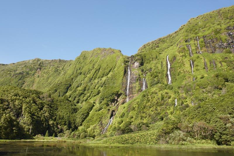 Azores landskap i den Flores ön Vattenfall i Pozo da Alagoin royaltyfria bilder