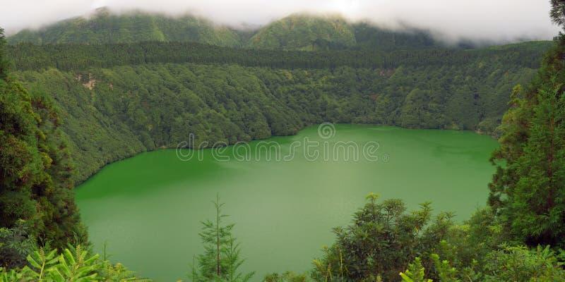 Azores, Santiago Lagoon verde debajo de las nubes foto de archivo
