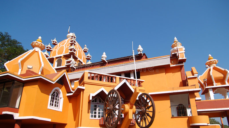 Azotea brillantemente coloreada en el templo de Maruti imagenes de archivo